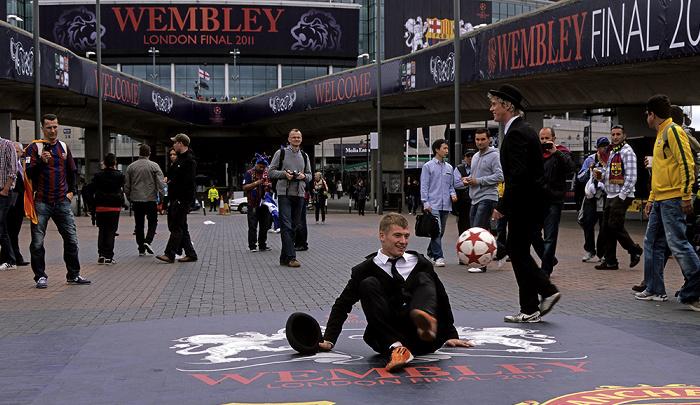 London Wembley Park: Olympic Way (Wembley Way) - Fußballakrobaten Wembley-Stadion