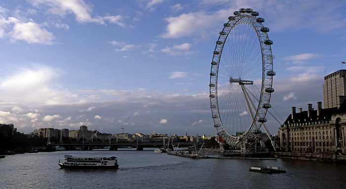 Blick von der Westminster Bridge: Themse, London Eye, London County Hall London