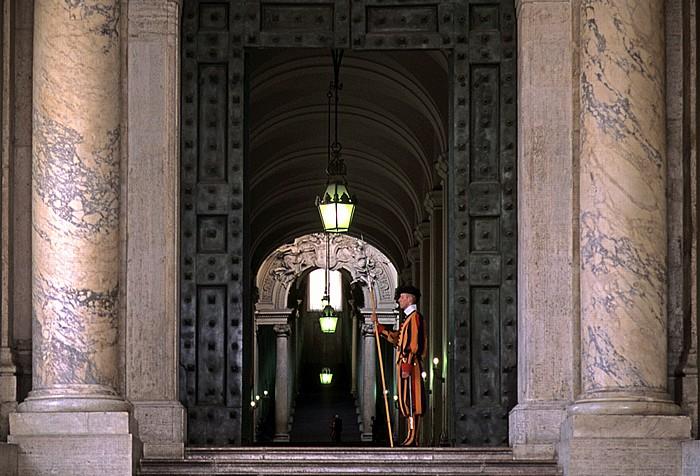 Vatikan Eingang zum Apostolischen Palast, bewacht von einem Mitglied der Päpstlichen Schweizergarde Apostolischer Palast