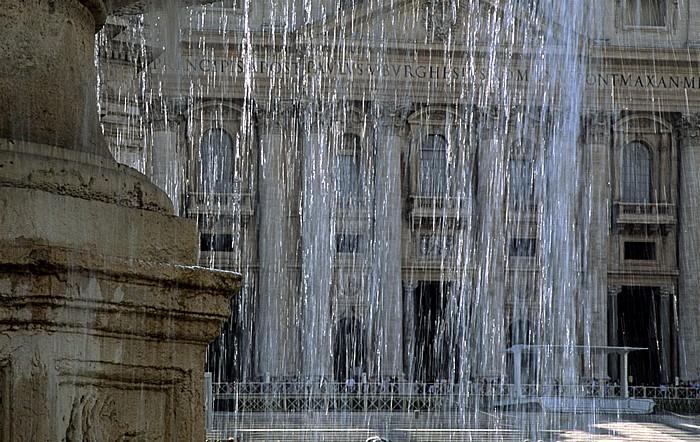 Vatikan Petersplatz: Brunnen Petersdom
