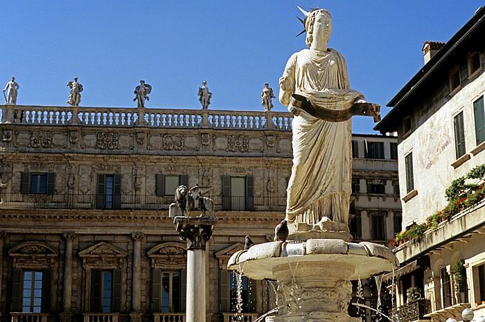 Centro Storico (Altstadt): Piazza delle Erbe - Fontana di Madonna Verona Verona Verona