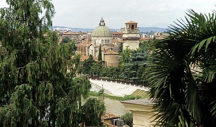 Centro Storico (Altstadt): Blick vom Römischen Theater (Teatro Romano di Verona) - Chiesa di San Giorgio in Braida Verona