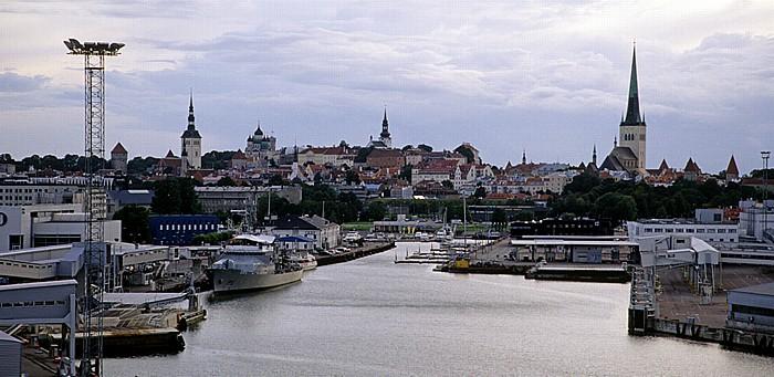Fähre M/S Superstar Helsinki - Tallinn: Blick auf den Hafen und die Altstadt von Tallinn Tallinn 2011