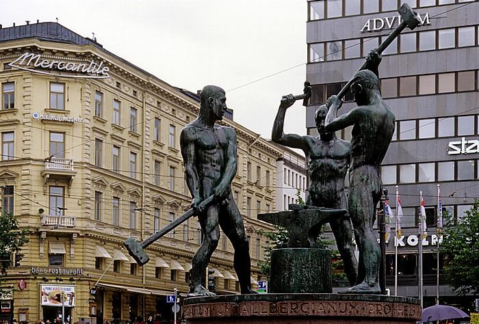Mannerheimintie / Aleksanterinkatu (Aleksi): Drei-Schmiede-Denkmal (Kolmen sepän patsas) Helsinki 2011