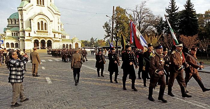 Sofia Alexander-Newski-Platz: Militärparade in historischen Uniformen Alexander-Newski-Kathedrale