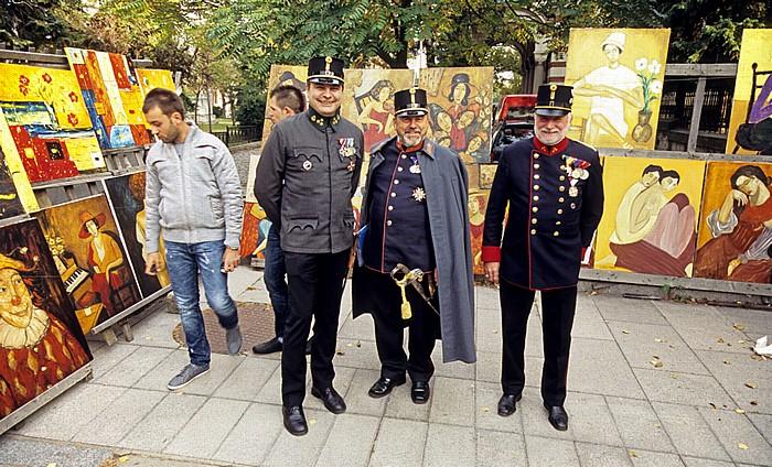Sofia Kunst- und Antikmarkt: Teilnehmer der Militärparade in historischen Uniformen