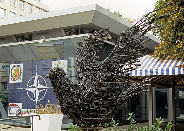 Sofia Informationszentrum des Verteidigungsministeriums: Friedenstaube aus Pistolen