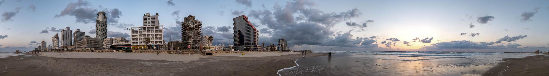 Tel Aviv Skyline mit Strand, Mittelmeer mit Sonnenuntergang