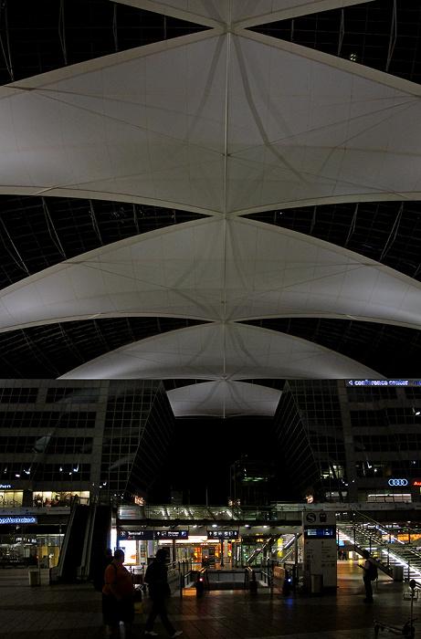 München Flughafen Franz Josef Strauß: Munich Airport Center (MAC), Terminal 1, Zugang zum S-Bahnhof Flughafen Franz Josef Strauß