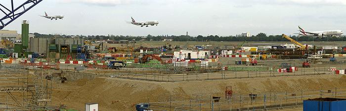 London Heathrow Airport: Baustelle von Terminal 2, landendes Flugzeug der Emirates