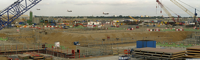 London Heathrow Airport: Baustelle von Terminal 2, landendes Flugzeug der British Airways