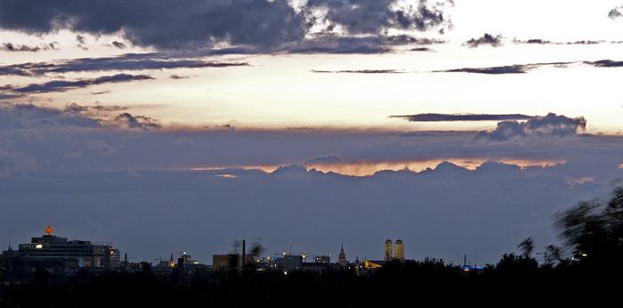 Ostpark mit Ausblick auf die Innenstadt München
