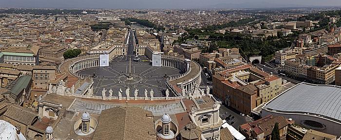 Blick von der Kuppellaterne des Petersdom: Längsschiff, Petersplatz, Vatikanische Audienzhalle