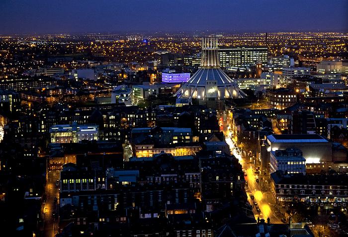 Blick vom Turm der Liverpool Cathedral: Liverpool Metropolitan Cathedral und Hope Street