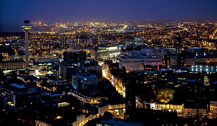 Blick vom Turm der Liverpool Cathedral: Stadtzentrum Liverpool Lime Street Radio City Tower St George's Hall