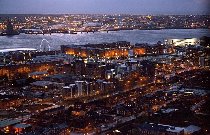 Blick vom Turm der Liverpool Cathedral: Wirral Peninsula (Birkenhead), Mersey, Docks Albert Dock Echo Arena Liverpool Museum of Liverpool