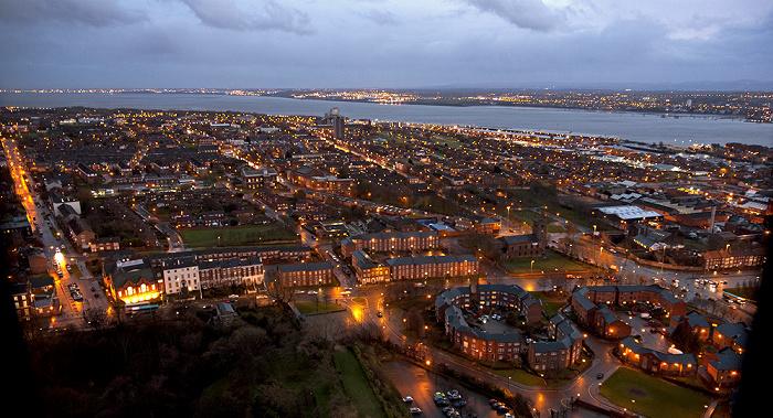Blick vom Turm der Liverpool Cathedral: Mersey