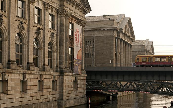Museumsinsel: Bode-Museum (links) und Pergamonmuseum Berlin 2011