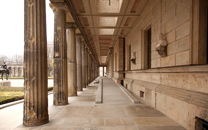 Berlin Museumsinsel: Kolonnadenhof Alte Nationalgalerie