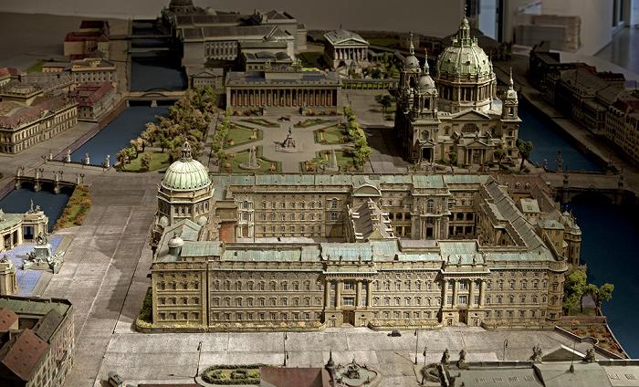 Humboldt-Box: Modell des Berliner Stadtschlosses Kupfergraben Museumsinsel Spree