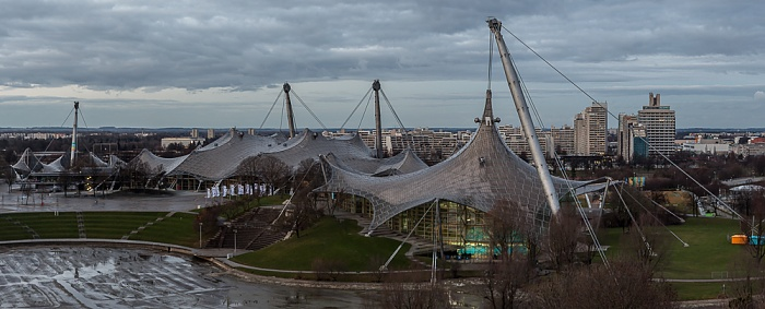Blick vom Olympiaberg: Olympiapark mit Olympiahalle und Olympiaschwimmhalle München 2012