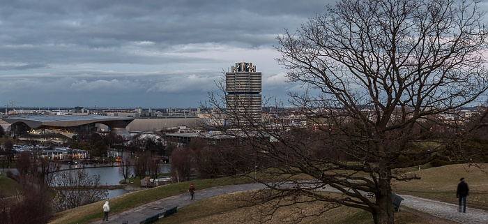 Blick vom Olympiaberg: Olympiapark mit Olympiasee und Olympia-Eissportzentrum München 2012