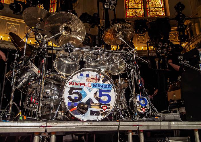 Paradiso: Simple Minds-Schlagzeug mit dem Logo der 5x5-Tour Amsterdam