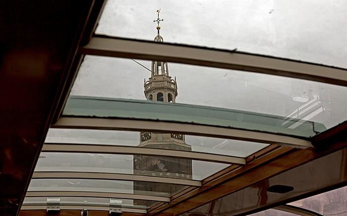Oudeschans: Blick aus dem Grachtenrundfahrtboot auf den Montelbaanstoren Amsterdam