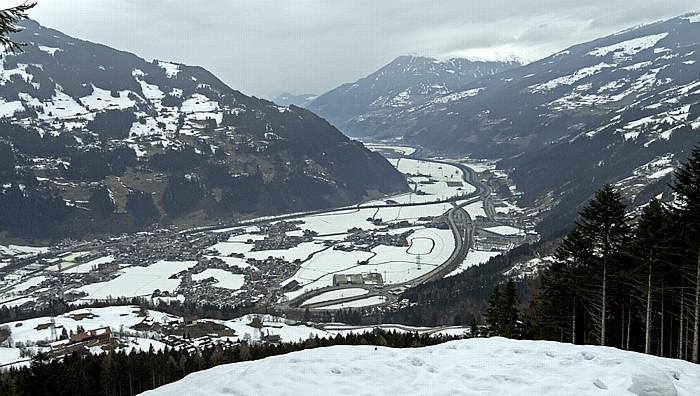Gerlosstein Tuxer Alpen (links), Zillertal mit Zell am Ziller, Kitzbüheler Alpen