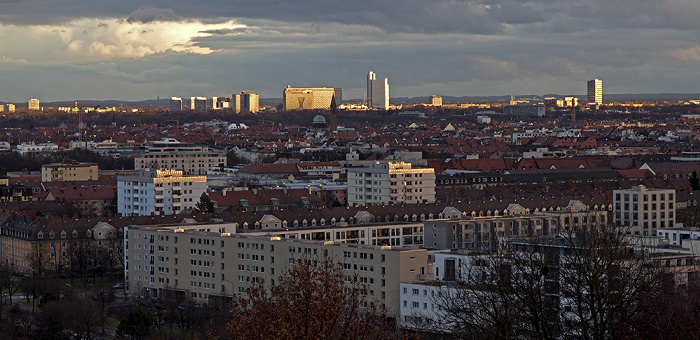 München Blick vom Olympiaberg: Arabellapark mit dem Arabella-Hochhaus und dem Hypo-Hochhaus Hochhaus Süddeutscher Verlag Skulptur Mae West