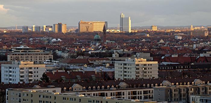 München Blick vom Olympiaberg: Arabellapark mit dem Arabella-Hochhaus und dem Hypo-Hochhaus Skulptur Mae West