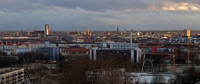 München Blick vom Olympiaberg: Stadtzentrum mit Frauenkirche