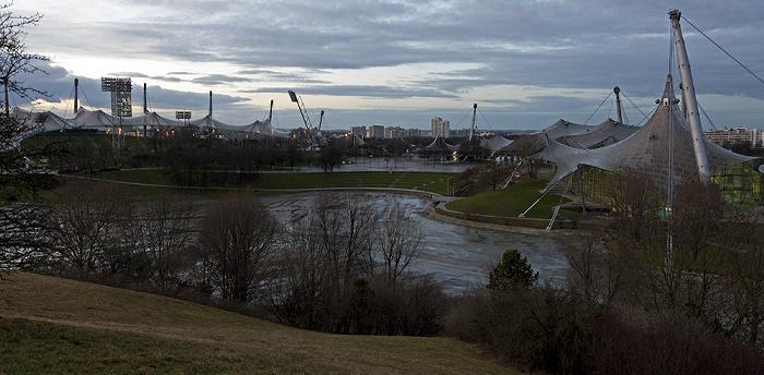 München Blick vom Olympiaberg: Olympiapark Olympiahalle Olympiaschwimmhalle Olympiasee Olympiastadion Uptown-Hochhaus