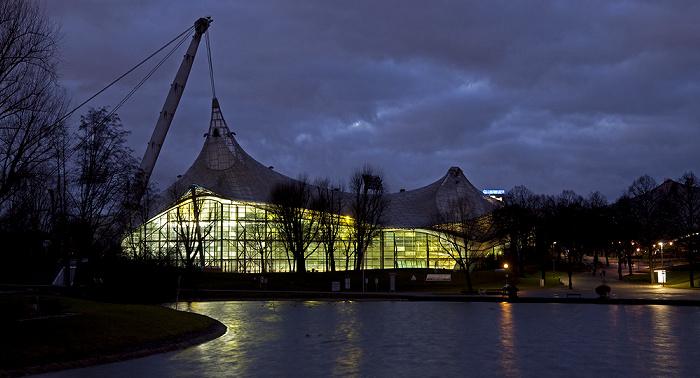 München Olympiapark: Olympiasee und Olympiaschwimmhalle
