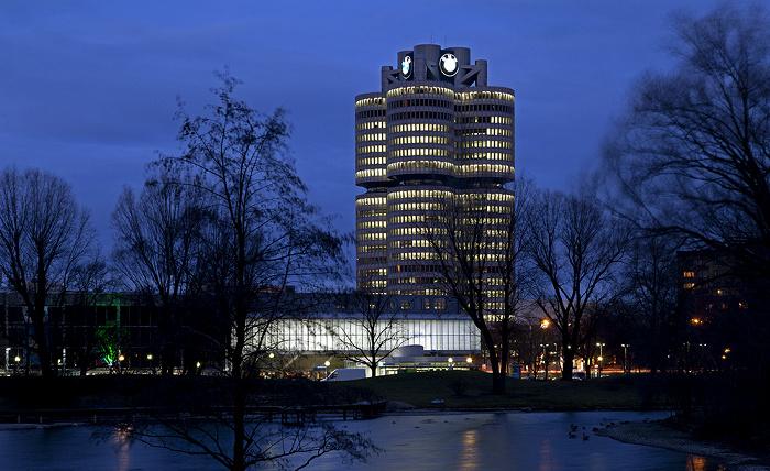 München Olympiapark mit Olympiasee und Olympia-Eissportzentrum, BMW-Hochhaus