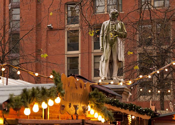 Manchester Albert Square mit Weihnachtsmarkt und John-Bright-Denkmal
