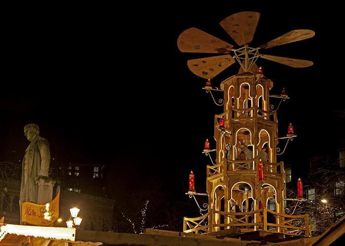 Manchester Albert Square mit Weihnachtsmarkt Oliver-Heywood-Denkmal