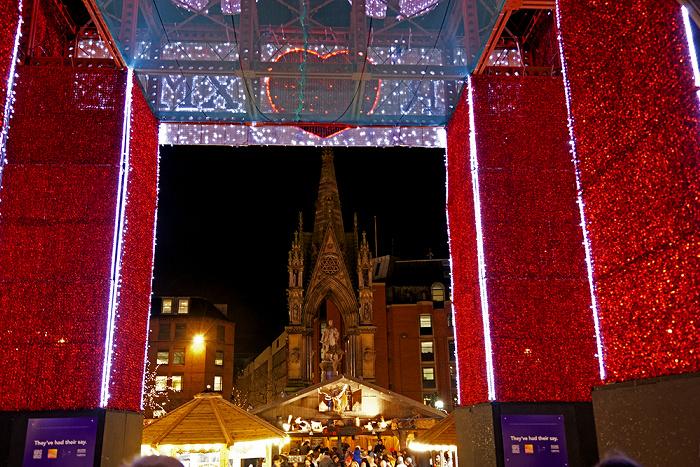 Manchester Albert Square mit Weihnachtsmarkt und Albert Memorial