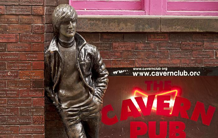Liverpool Mathew Street: John-Lennon-Denkmal an der Cavern Wall of Fame Cavern Pub