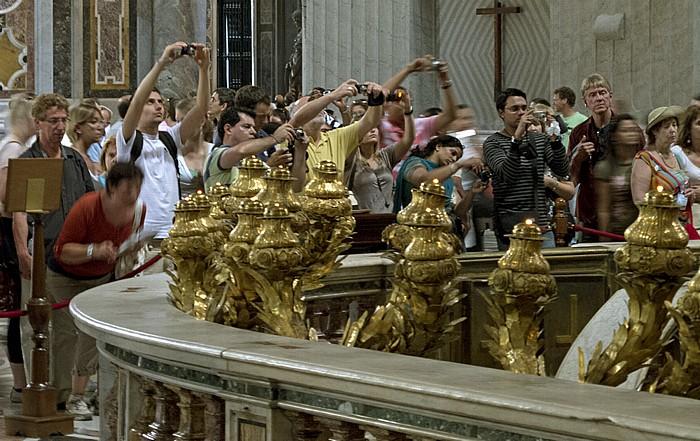 Vatikan Petersdom: Besucher beim Blick in die Confessio (Grab des heiligen Petrus)