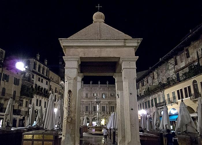 Verona Centro Storico (Altstadt): Piazza delle Erbe - La tribuna Colonna di San Marco Palazzo Maffei