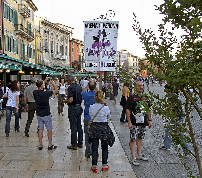 Centro Storico (Altstadt): Piazza Bra - Plakat für das Deep Purple-Konzert in der Arena di Verona Verona 2011
