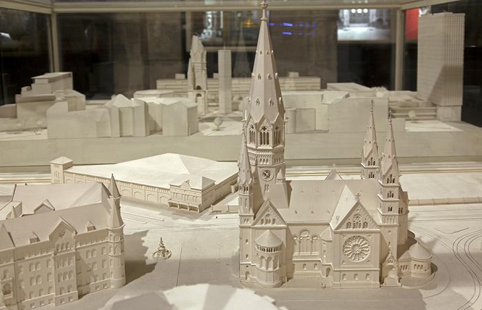 Berlin Kaiser-Wilhelm-Gedächtniskirche: Modelle (vorne früher, hinten heute) Kaiser-Wilhelm-Gedächtnis-Kirche