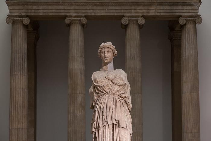 Pergamonmuseum: Statue der magnesischen Hauptgöttin Artemis Leukophryne Berlin 2011