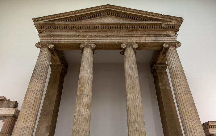Pergamonmuseum: Pronaos (Vorhalle) des Zeus-Sosipolis-Tempels von Magnesia am Mäander Berlin 2011