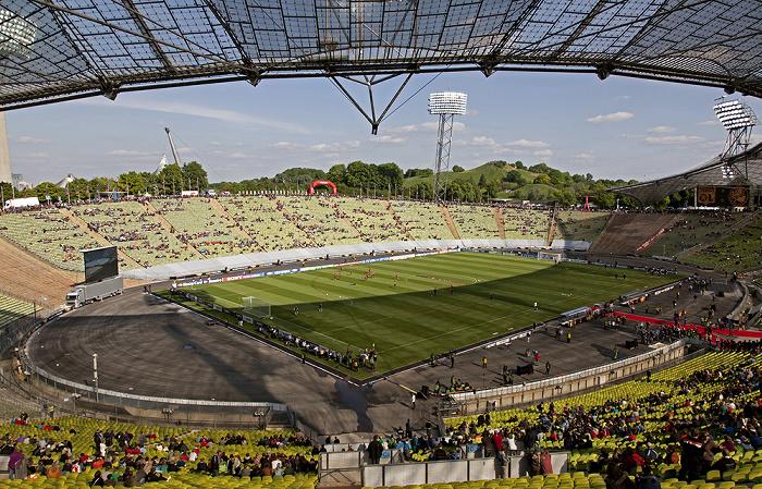 Olympiastadion: Gegentribüne (Bildmitte), Nordkurve, Haupttribüne (unten) München 2012