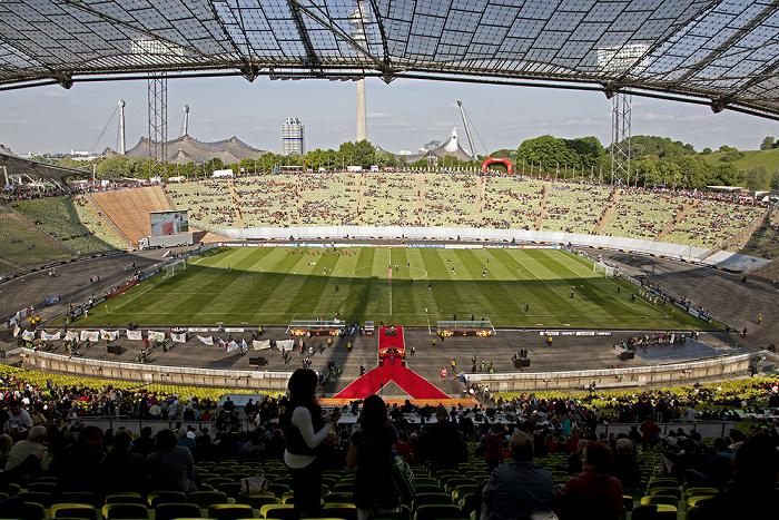 Olympiastadion: Südkurve (links), Gegentribüne (Bildmitte), Nordkurve (rechts), Haupttribüne (unten) München 2012