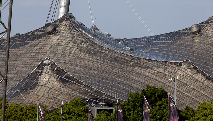 Blick aus dem Olympiastadion: Olympiahalle München