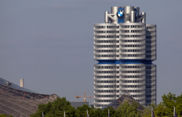 Blick aus dem Olympiastadion: BMW-Hochhaus München 2012