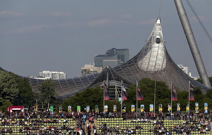Blick aus dem Olympiastadion: Olympiaschwimmhalle München